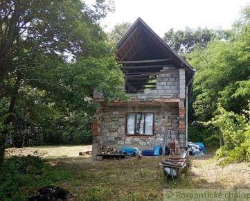Murovaná nedokončená chata v lese s výhľadom na Ipeľskú kotlinu