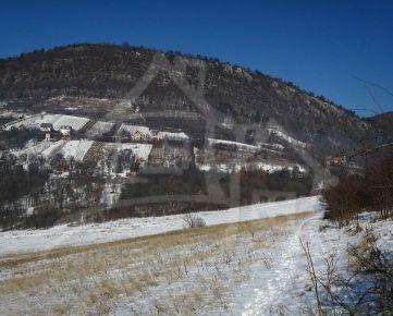 Veľký 0,5 Ha pozemok s miernym sklonom  nad obcou Hrušov