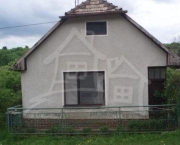 Dom v dedine, kde vyviera Slatina