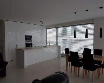 Nadštandardný 3izbový byt s terasou o výmere 230 m2, s parkovaním v garáži a na pozemku na prenájom vo vile na Tajovského ul.