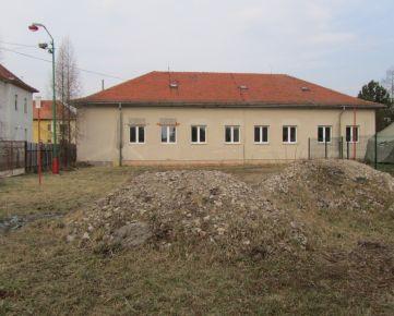 Mesto Tornaľa ponúka na predaj budovu bývalého zdravotného strediska.
