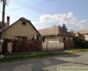 Gazdovský dvor s troma domami v pokojnej dedinke blízko Lučenca