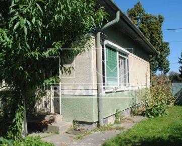 Na predaj rodinný dom v dobrej lokalite s plnou občianskou vybavenosťou, 623 m2, Farná. CENA: 19 500,00 EUR