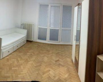 Prenajmeme svetlú garzónku  (25m2) v centre Bratislavy na ulici Vazovova  Zariadená veľká samostatná izba s novou posteľou, skriňou, malý kuchynskú kútik s mikrovlnkou , separátna kúpeľňa s WC, priamy