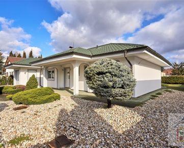Reality&Bývanie: Predaj 4 izbového rodinného domu s okrasnou záhradou na 7a pozemku