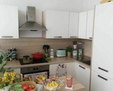 Predáme 1 izbový útulný byt s komplet zariadením na mieru a s komplet vybavením.