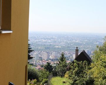Pozemok 1665m2 nad Račou s celoročne obývateľnou chatou s nádherným výhľadom uprostred lesa – rekreačné bývanie