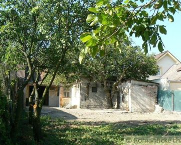 Starší rodinný dom v pokojnej časti Častej pod malebným hradom Červený Kameň