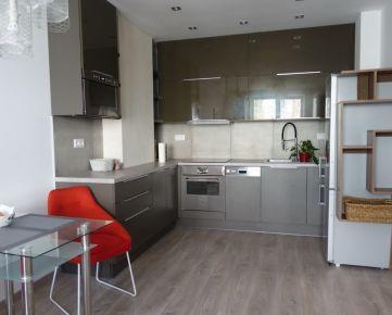 Nový krásny 2 izb. byt /45m2/, Páričkova ul., balkón, centrum mesta