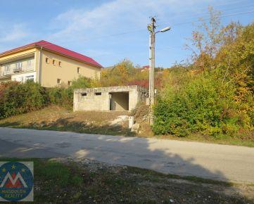 Stavebný pozemok s rozstavaným rodinným domom Malé Kršteňany.