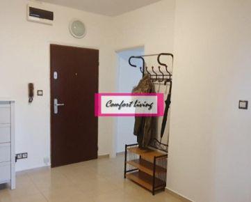 COMFORT LIVING ponúka - Priestranný 2 izbový byt s loggiou o výmere 67 m2, SAMOSTATNÝ ŠATNÍK, zateplený dom, nový výťah a stúpačky