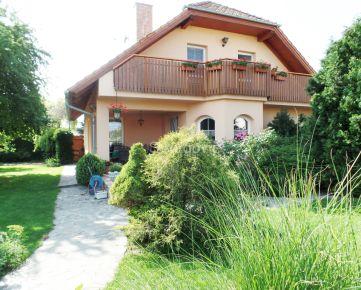 Predaj pekného 4 izbového rodinného domu s garážou na 7,5 á pozemku v Pezinku, blízko centra