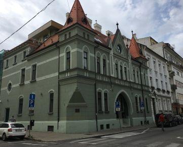 Nový, 4 izbový, dizajnovo zariadený  byt s terasou a parkovaním v  historickom dome v centre Bratislavy