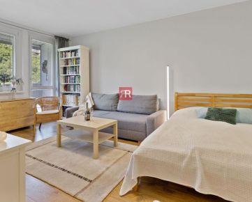 HERRYS - Na predaj príjemný zrekonštruovaný 1 izbový byt s veľkou loggiou, pivnicou a samostatným šatníkom