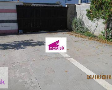 Prenájom parkovacieho státia v uzavretom dvore s el. bránou na dialkové ovládanie . Bratislava III-Nové Mesto, 2min pešo Riazanská ul.