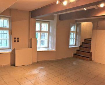 PROMINENT REAL ponúka na prenájom nebytový priestor v historickej budove v Bratislave na Župnom námestí.