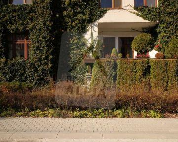 Priestranný tehlový 3-izbový byt s garážou na predaj, Ľubochňa