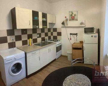REZERVOVANÉ: Predaj - 2-izbový byt na začiatku Petržalky, tehlový dom