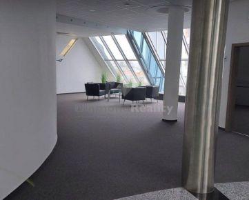 Na prenájom kancelárske priestory v centre mesta s veľkým parkoviskom aj  s garážovým státím