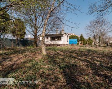 RUŽINOV – stavebný pozemok 548 m2, oplotený, INŽINIERSKE SIETE na pozemku, projekt rodinného domu