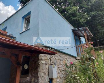 Areté real - !!!VÝRAZNÁ ZĽAVA!!! Predaj 4-izbovej celoročne obyvateľnej murovanej chaty s terasou v krásnom lesnom prostredí v Pezinku, Kučišdorfská dolina