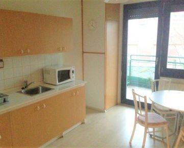 Ponúkame do prenájmu čiastočne zariadený 3-izbový byt so samostatnými izbami na Mierovej ulici v Bratislave – Ružinov, časť Prievoz.