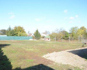 Predám stavebný pozemok v centrálnej časti obce Tomášov v zástavbe rodinných domov.