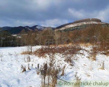 Pozemok na úpätí hôr v prírodnom prostredí na polosamote s krásnym výhľadom v Zubáku