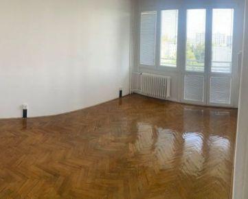 Ponúkame Vám na  2 izbový byt s balkónom a loggiou na Komárnickej ul.,Bratislava-Ružinov.   Plocha: úžitková 60m2, podlahová 58m2, balkón z kuchyne /2 m2/ a loggia /3,5m2/ zo spálne - zasklenná plast.