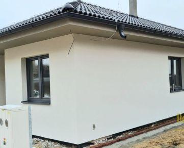 Novostavba pekného rodinného domu v tichej lokalite pod lesom