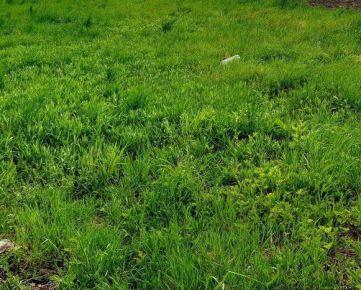 Rovinatý KRÁSNY pozemok 360m2. Nádherné prostredie. Šírka 25m