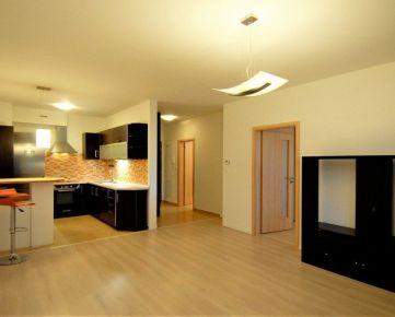 Priestranný 2 izbový byt s veľkou loggiou a parkovacím státím
