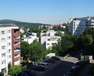 NOVÁ CENA! Slnečný 2-izbový byt, 46 m², 3. poschodie/5, na Mozartovej ul. v Starom Meste, na Machnáči, s pekným výhľadom na okolie