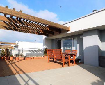 Priestranný, slnečný 2 – izbový byt s veľkou terasou a park.státím v novostavbe v Dunajskej Lužnej