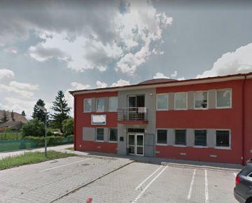 Hala s administratívnou budovou v blízkosti D1