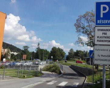 Na prenájom vyhradené parkovacie miesto v centre mesta