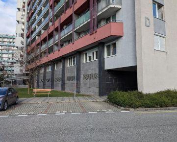 Vonkajšie parkovacie státie za rampou - KOLOSEO