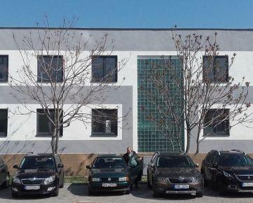 MLYNSKÉ NIVY - Predaj kancelárskych priestorov v širšom centre, 19 miestností po kompletnej rekonštrukcií, vlastné parkovanie pri budove