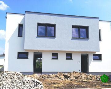 PRED DOKONČENÍM: 4 izbový 2-podlažný RD s 2 šatníkmi, ÚP 119 m2, Pozemok 326 m2, Malý raj