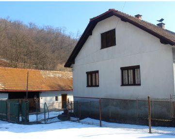 Hospodárska usadlosť s RODINNÝM DOMOM + 6.400 m2, okres Detva, PODKRIVÁŇ aj na PONIKATEĽSKÝ ZÁMER
