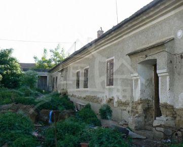 Čarovný historický dom v Budmericiach  30 km od Bratislavy a 13 km od Trnavy na  27 árovom pozemku