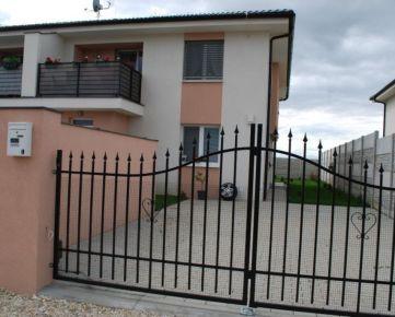 Byt ako dom !!!Bývaj v byte s výhodami domu vlastne parkovacie státie, vlastný vchod, terasa a k tomu záhrada o výmere 4 áre a to všetko len za 81000€.