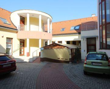 prenájom veľký 2- izbový  byt (100 m2),  v centre na Františkánskej  ulici v  Trnave