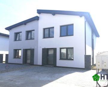 PRIESTRANNÝ 5 IZBOVÝ 2-PODLAŽNÝ RD SO ŠATNÍKOM- ÚP 122 m2, POZEMOK 379 m2, cena je vrátane oplotenia a dlažieb