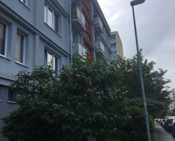 NEPREHLIADNITE! Na predaj 4-izbový byt na Komárnickej ul. v Bratislave, v Ružinove - exkluzívne len u nás!