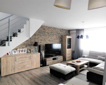 Priestranný, slnečný 3 – izbový mezonetový byt s terasou, záhradkou a 2x park.státie Dunajská Lužná