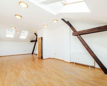 Predaj bytu 4+1 (5+1) s parkovaním a garážami pod hradom v širšom centre Trenčína pod hradom