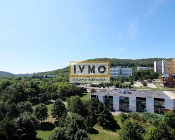 4 izb. byt 84m2, ul. Ľuda Zubka, začiatok Dúbravky, lokalita Záluhy, výborná dostupnosť do centra, unikátny výhľad, veľká loggia 8m, pivnica, 8/8p.