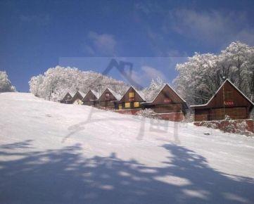 Staršie chatky v lyžiarskom stredisku Bezovec