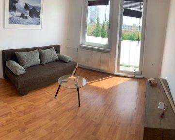 Ponúkame na prenájom 2 izbový byt  na Vilovej ulici v Petržalke, v zateplenom dome s výťahom, na 5. poschodí.  Dom sa nachádza v tichej lokalite s výhľadom na zeleň mimo hlavnej cesty a v susedstve ro